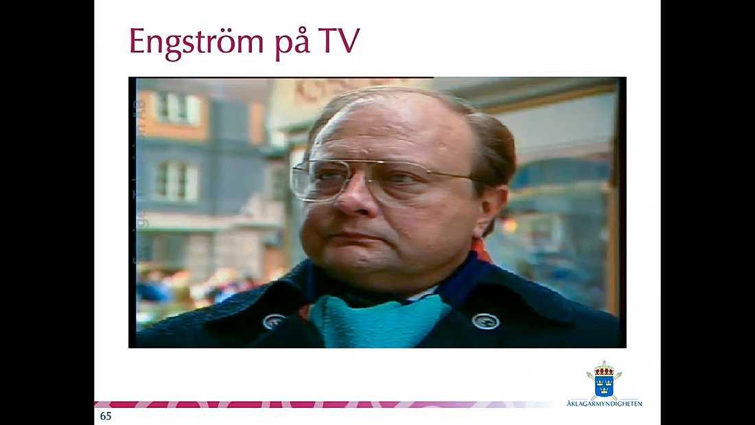 """Stig Engström, senare kallad Skandiamannen, intervjuas i SVT:s Rapport i samband med en """"rekonstruktion"""" av Palmemordet som Engström själv regisserade en tid efter händelsen. Tv-inslaget ingår i den förundersökning som nu lagts fram av chefsåklagare Krister Petersson."""