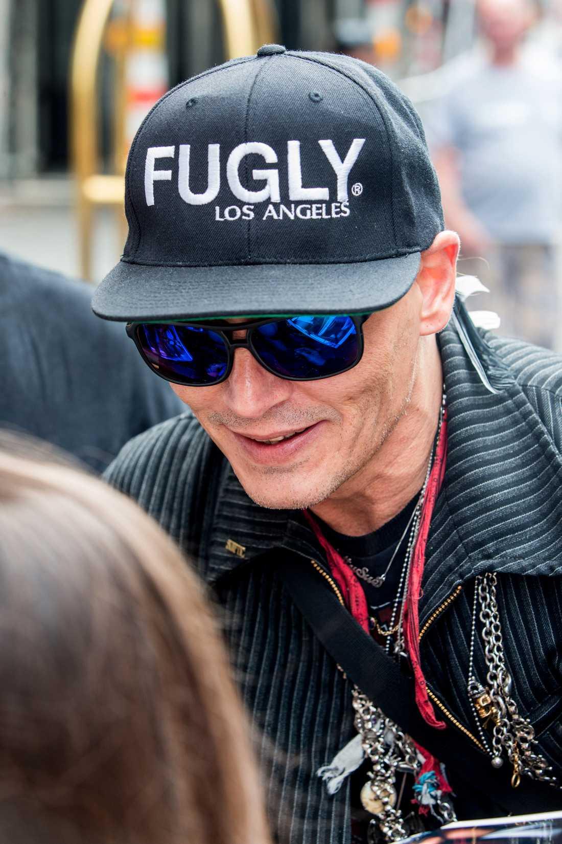 Johnny Depp mötte fansen inför en spelning med sitt band i Berlin nyligen.