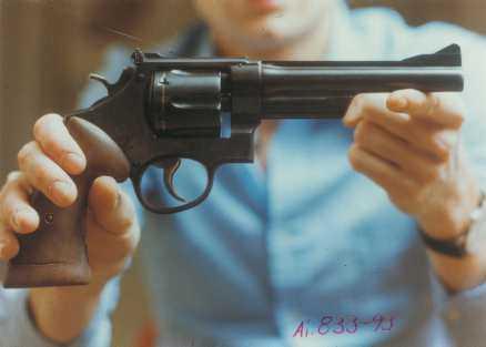 Sucksdorffsvapnet .357 Magnum av Smith & Wesson, modell 28 Highway Patrolman. Stals hos regissören Arne Sucksdorff den 17 december 1977. Koppling till Christer Pettersson, som friades för Palmemordet: Mannen som stal vapnet var gammal kompis med Sigge Cedergren som på sin dödsbädd berättade att han lånat ut ett vapen till Christer Pettersson. Beskrivningen stämmer öevrens på Sucksdorffrevolvern.