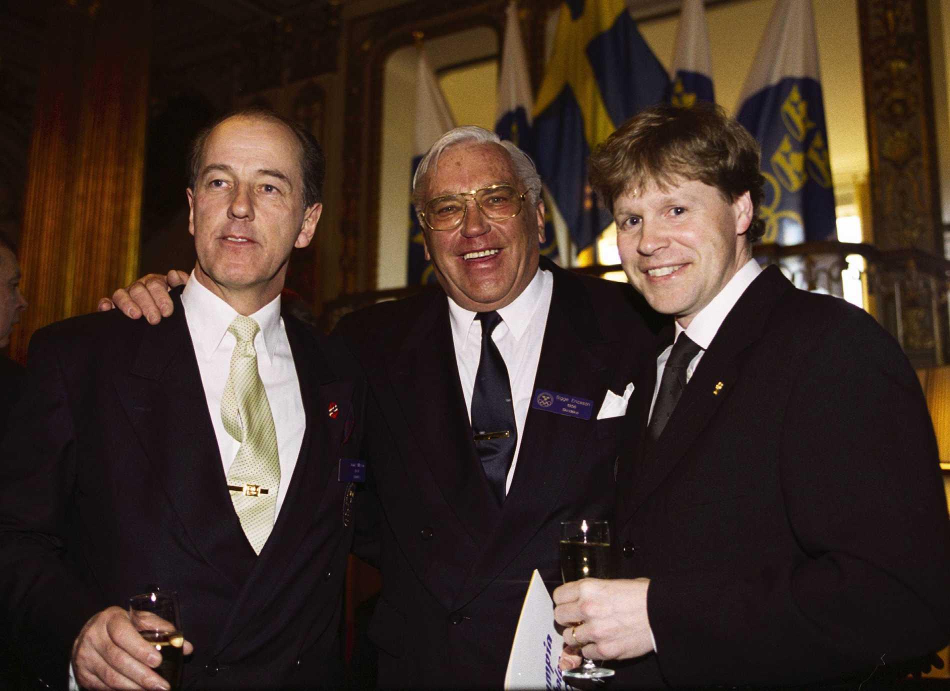 Sigge Ericsson (i mitten) tillsammans med två andra svenska OS-guldmedaljörer i skridsko, Jonny Nilsson (vänster) och Tomas Gustafson (höger) i Stockholm år 2000. Arkivbild.