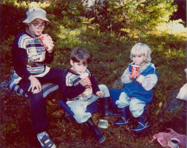 Wille, Hugo och Emma älskade att fika i skogen nära familjens gård.