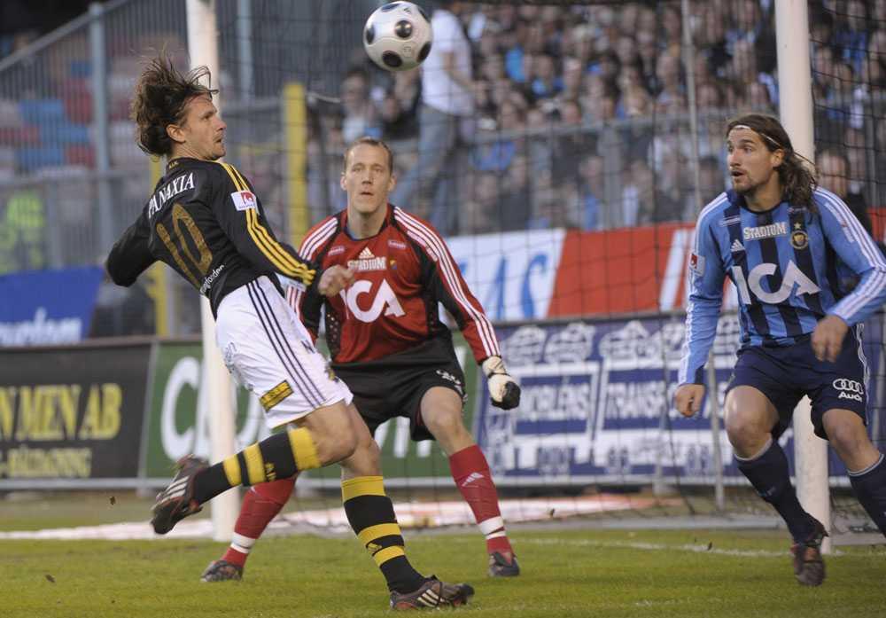 Ivan Obolo skjuter ett skott mot Oskar Wahlström.