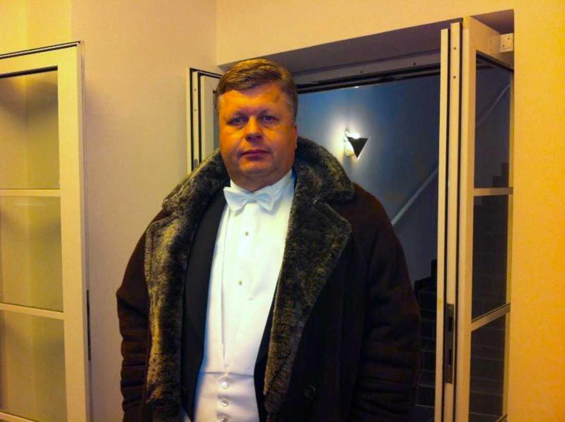 Patrik Brinkmann iförd päls.