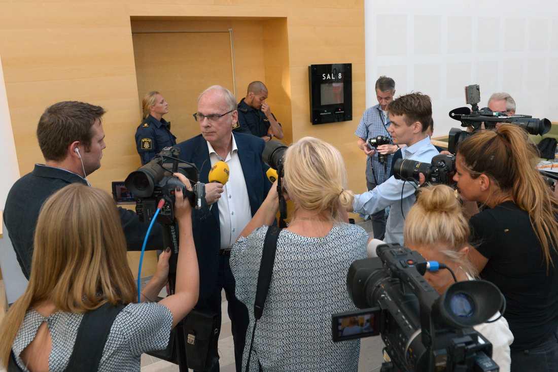 36-åringens advokat Per-Ingvar Ekblad mötte pressen utanför tingsättens förhandlingssal.