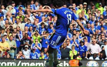 Här skjuter Michael Ballack sitt och Chelseas andra mål och spetsar till toppstriden.