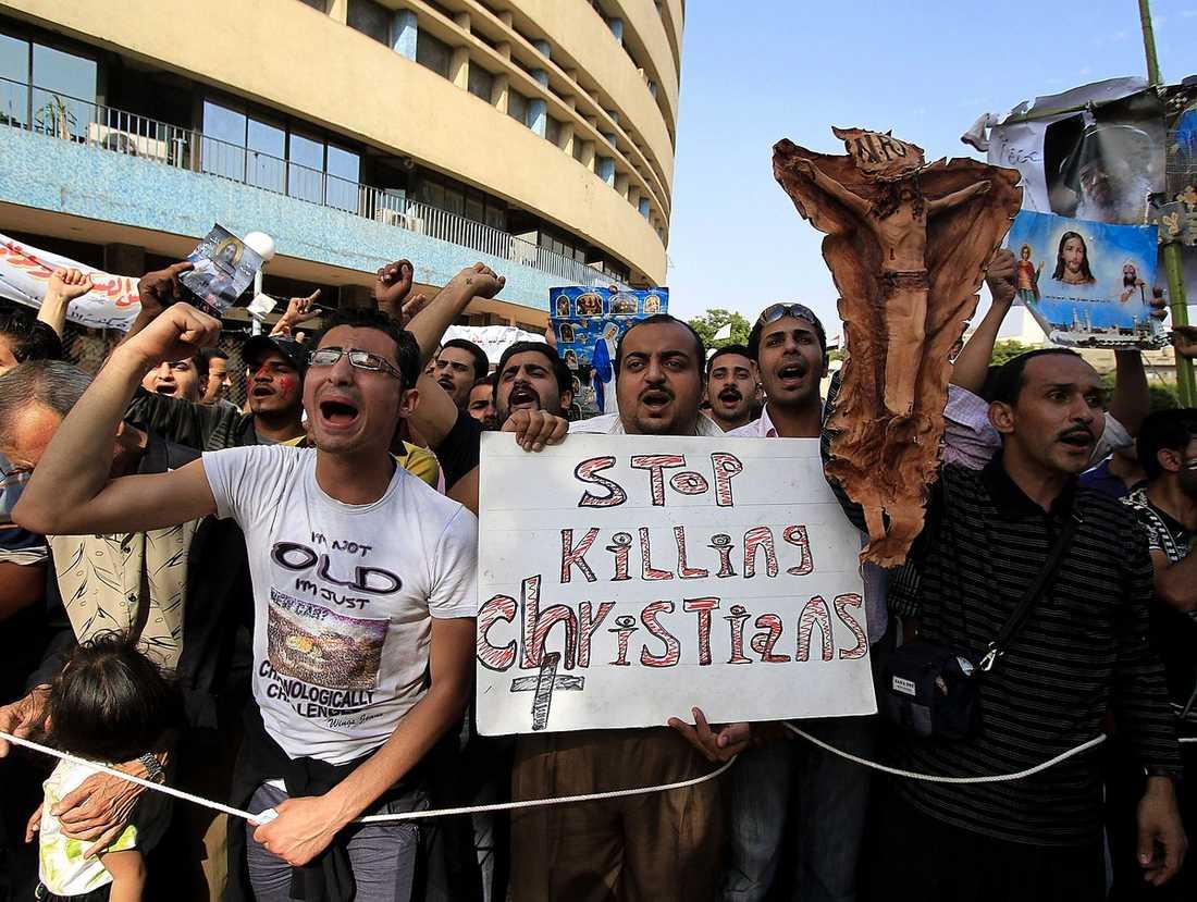 HELIG VREDE Kristna kopter protesterar i Kairo mot att två kyrkor attackerats och bränts ner av muslimska extremister.