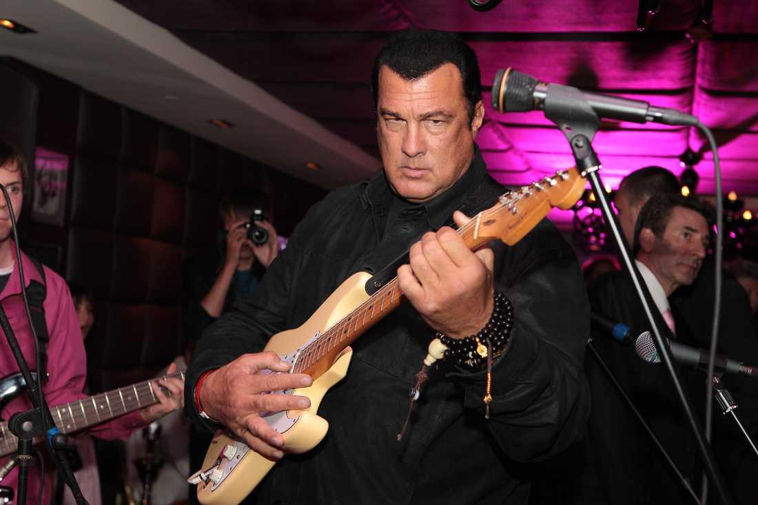 Gitarvirtuosen Seagal Steven tar gärna fram sin gitarr för att bjuda på musikaliska kompotter