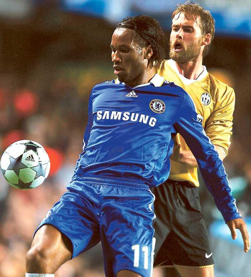 Mellberg i kamp med Chelseas matchhjälte Didier Drogba.