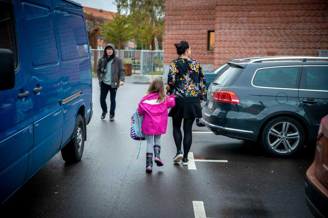 Parkeringskaoset vid Malmö International School i Limhamn gör att föräldrar och barn tvingas kryssa fram mellan bilar för att ta sig till skolan.