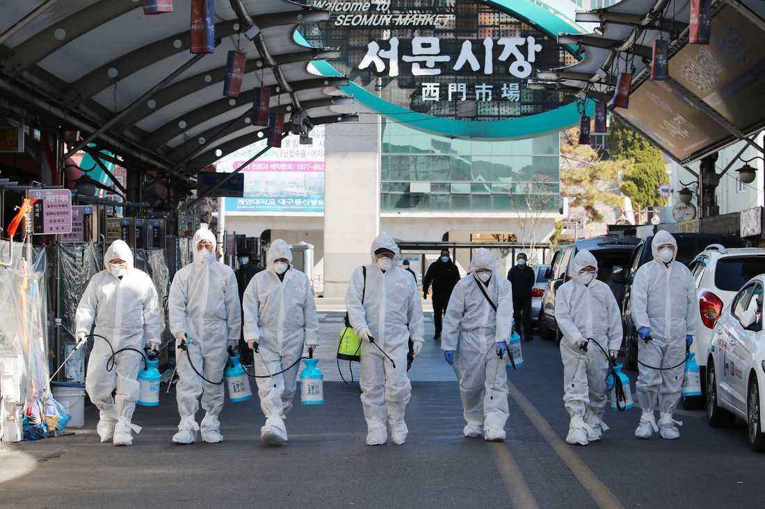 Desinfektion vid en marknad i Daegu i Sydkorea.