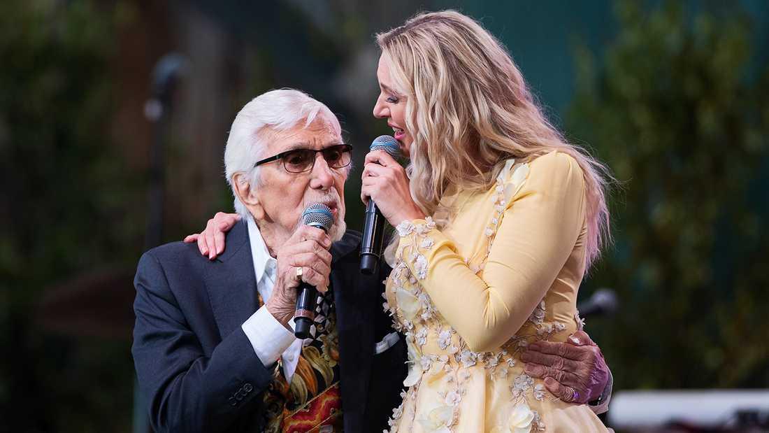 """Owe Thörnqvist sjunger duett med Sanna Nielsen i """"Allsång på Skansen""""."""