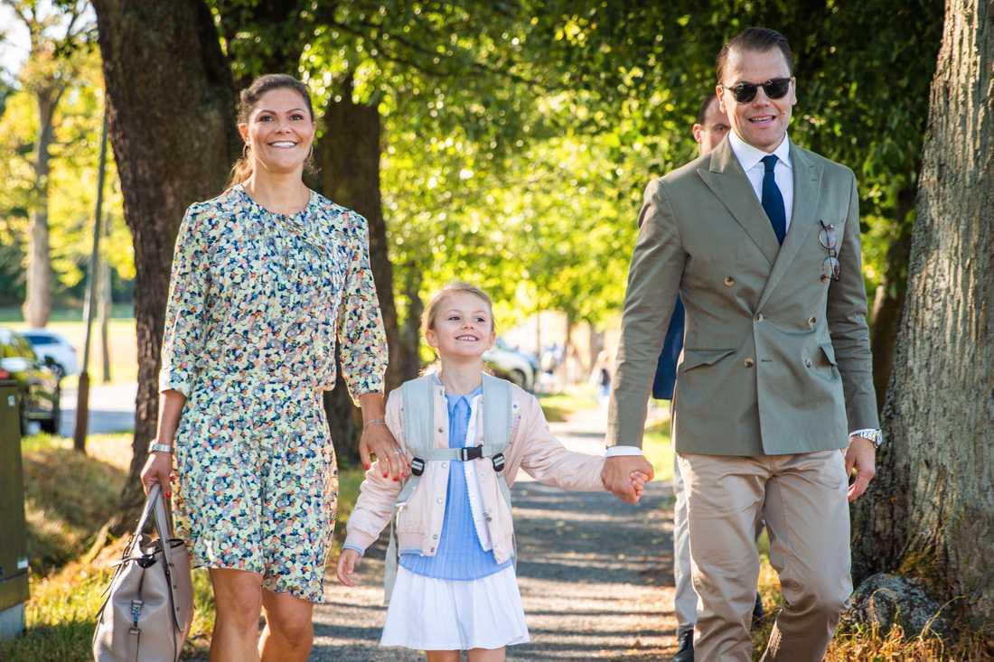 Prinsessan Estelle går till skolan, hand i hand med kronprinsessan Victoria och prins Daniel.