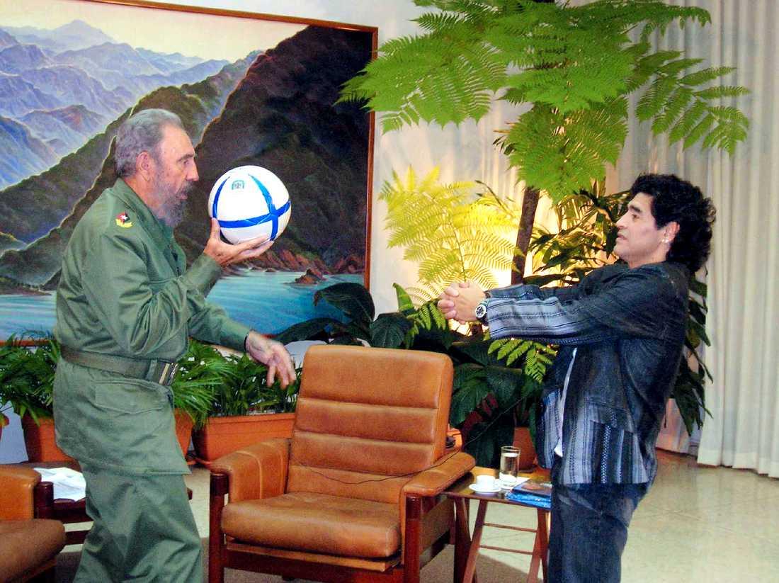 Castro leker med en boll tillsammans med den argentinska fotbollslegendaren Diego Maradona under en intervju i Havanna i oktober 2005.