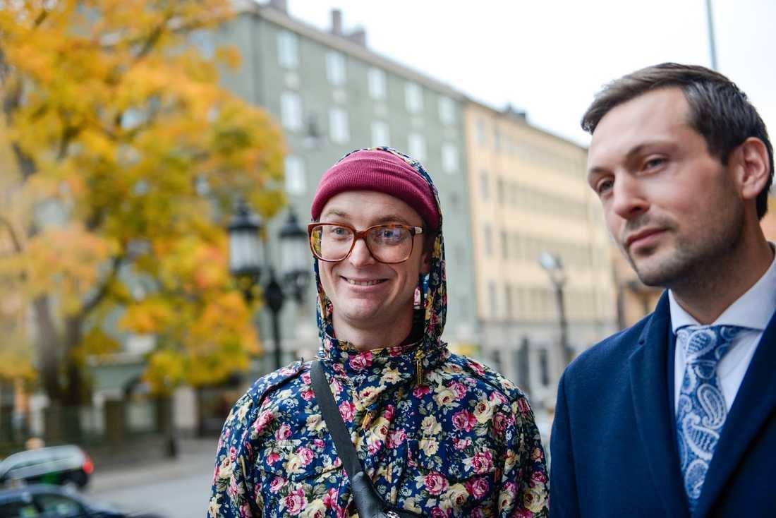Frej Larsson tillsammans med hans advokat Viktor Banke.