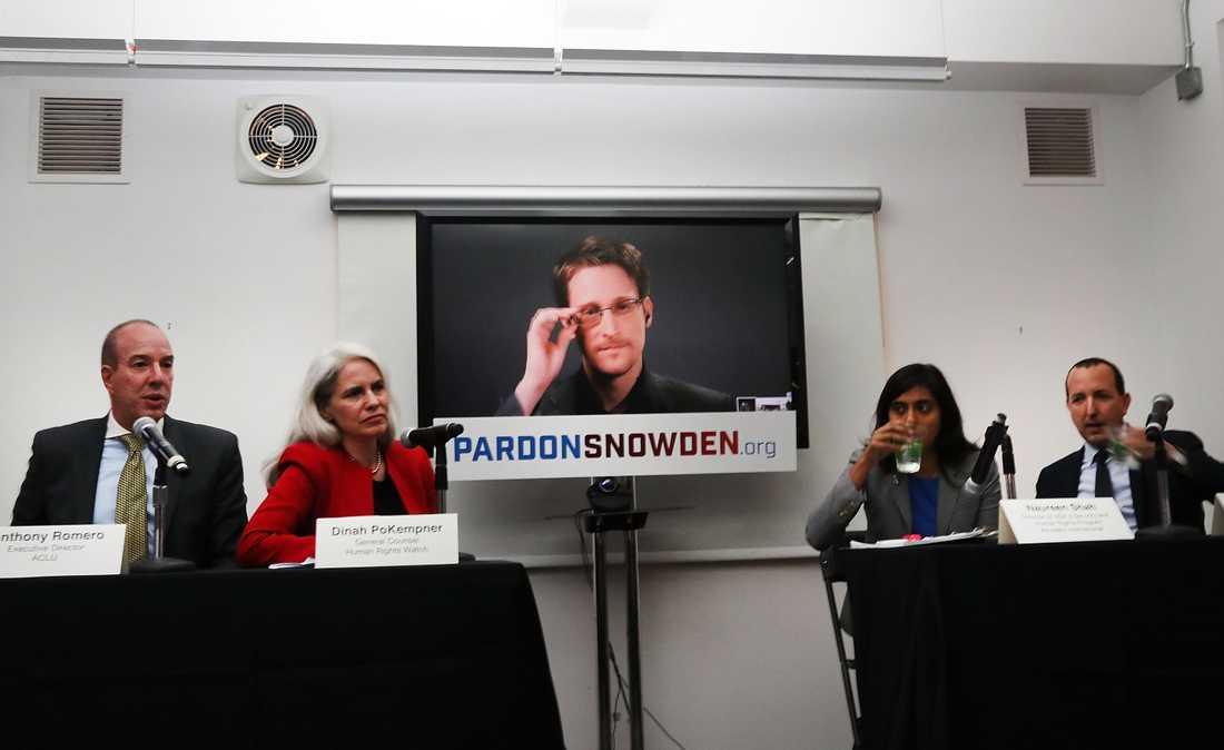 Edward Snowden på videolänk under presskonferensen.