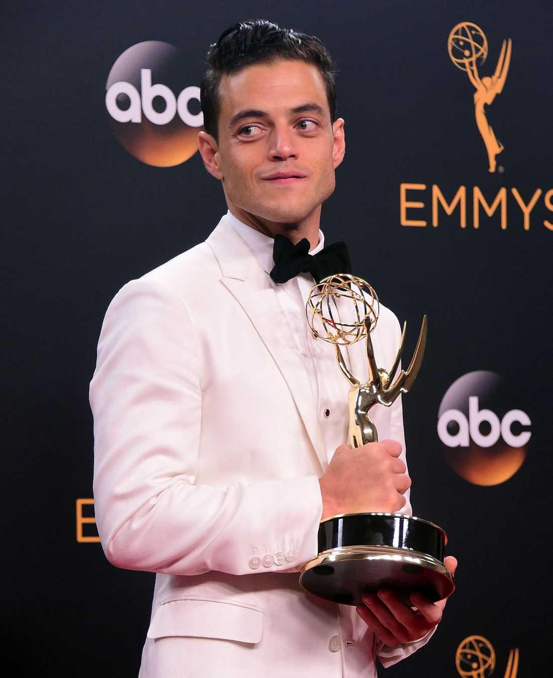 Rami Malek med den eftertraktade Emmy-statyetten.