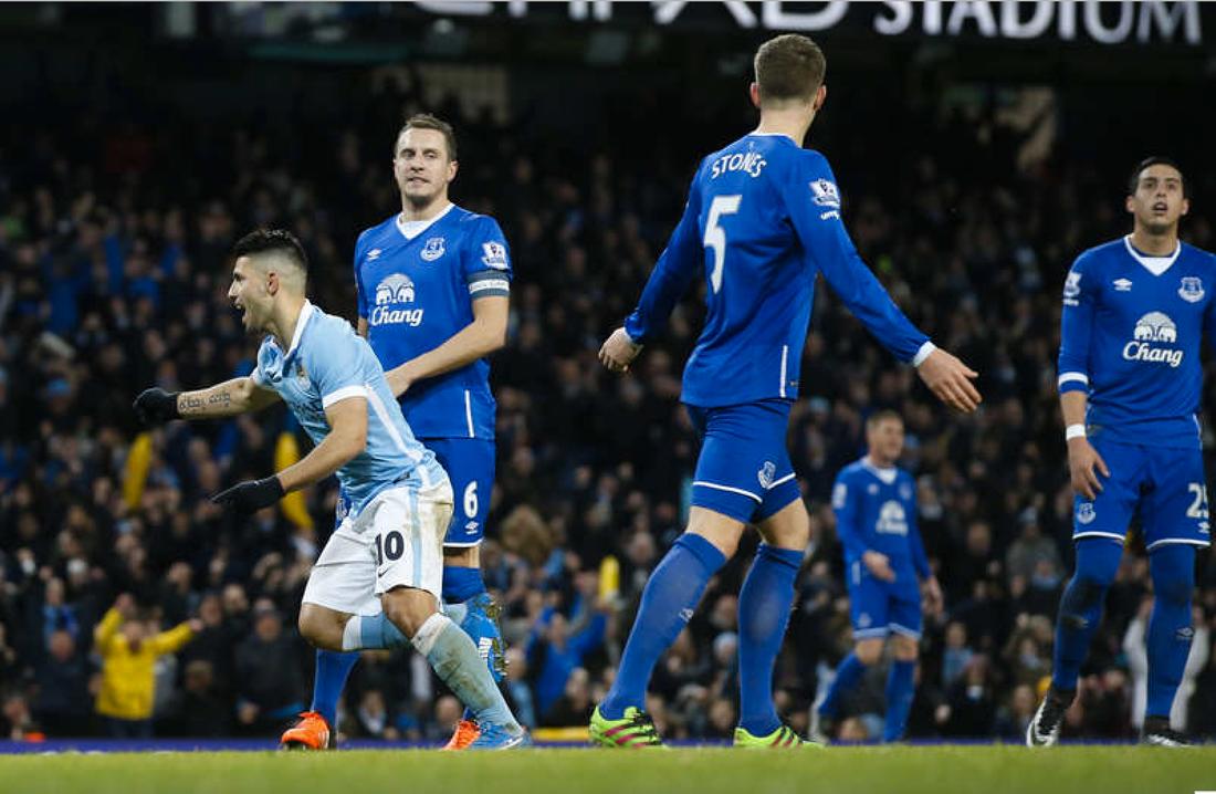 Aguero gör mål mot Everton i ligacupsemin. Foto: AP/Jon Super
