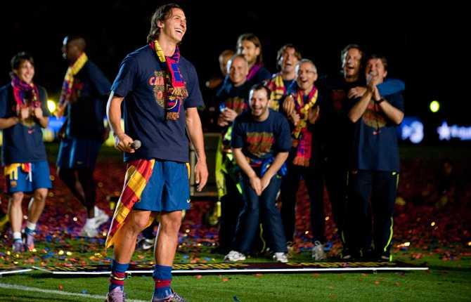 Åter igen blev Zlatan ligamästare - den här gången med Barcelona. Här håller Zlatan tal inför skrattande lagkamrater och ledare 16 maj 2010.