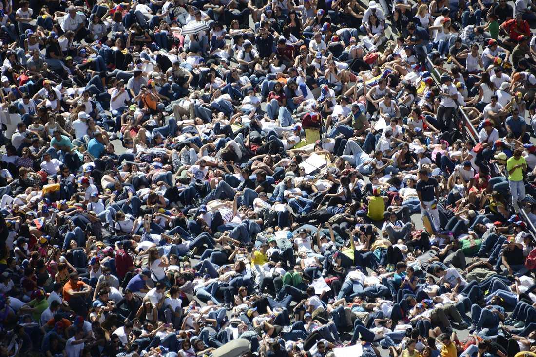Tusentals oppositionella studenter samlades framför en regeringsbyggnad i huvudstaden Caracas.