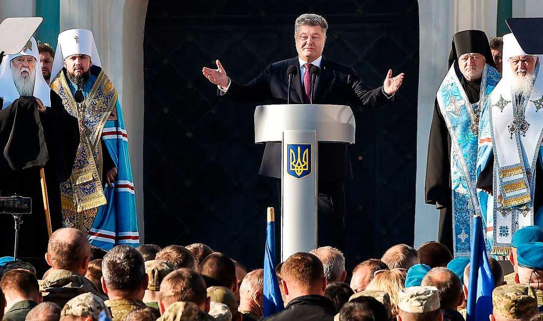 President Petro Porosjenko talar vid ett massmöte med bland andra Kievpatriarkatets ledare Filaret (längst till vänster).