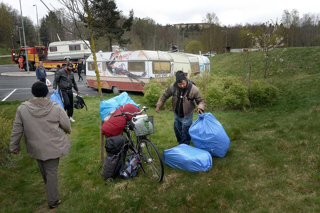 Rumäner i Högdalen blir vräkta från parkeringsplatsen där de bott.