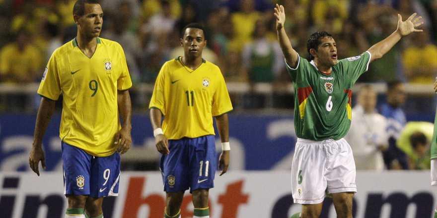 Luis Fabiano och Robinho hade lätt att hålla sig för skrätt efter 0-0 mot Bolivia. Walter Flores var desto gladare...