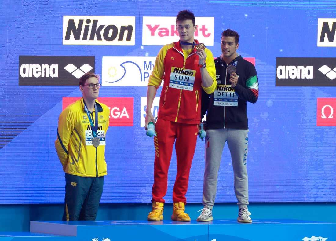 Australiens silvermedaljör Mack Horton, till vänster, vägrade gå upp på prispallen tillsammans med Kinas guldmedaljör Sun Yang. Nu hyllas Horton för sin protest. Till höger Italiens bronsmedaljör Gabriele Detti.