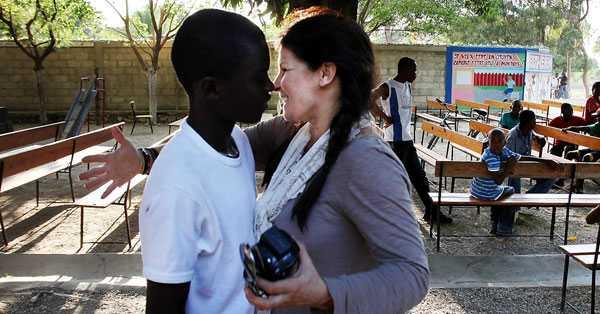 """""""Jag behöver mat och kläder"""" Carola Häggkvist kom till Haiti tre veckor efter jordbävningen. Där filmade hon reklaminslag för stödgalan Hopp för Haiti och träffade Edens Dorelus, 15. Han har tidigare gått i Betlehemskolan i Riguad. Men de senaste två åren har han inte kunnat gå där eftersom den är för dyr för honomr. Ändå är han med i Carolas reklam. Av henne fick Edens Dorelus en present: en flaska Hugo Boss Soul för 620 kronor."""