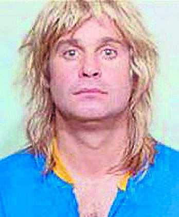 """Ozzy Osbourne greps 15 maj 1984 i på en gata i Memphis, Tennessee, för """"offentlig fylla"""". Rocksångaren har erkänt att han under ett tag drack fyra flaskor cognac om dagen. I dag påstår han sig varken dricka alkohol eller röka."""