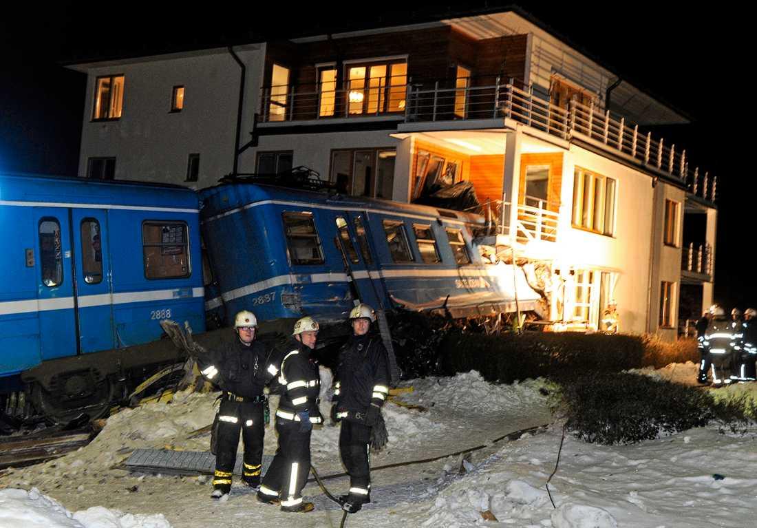 Räddningsarbetet försenades av att tåget rev ned kontaktledningen. Strömmen var tvungen att brytas innan räddningspersonalen kunde sätta igång.