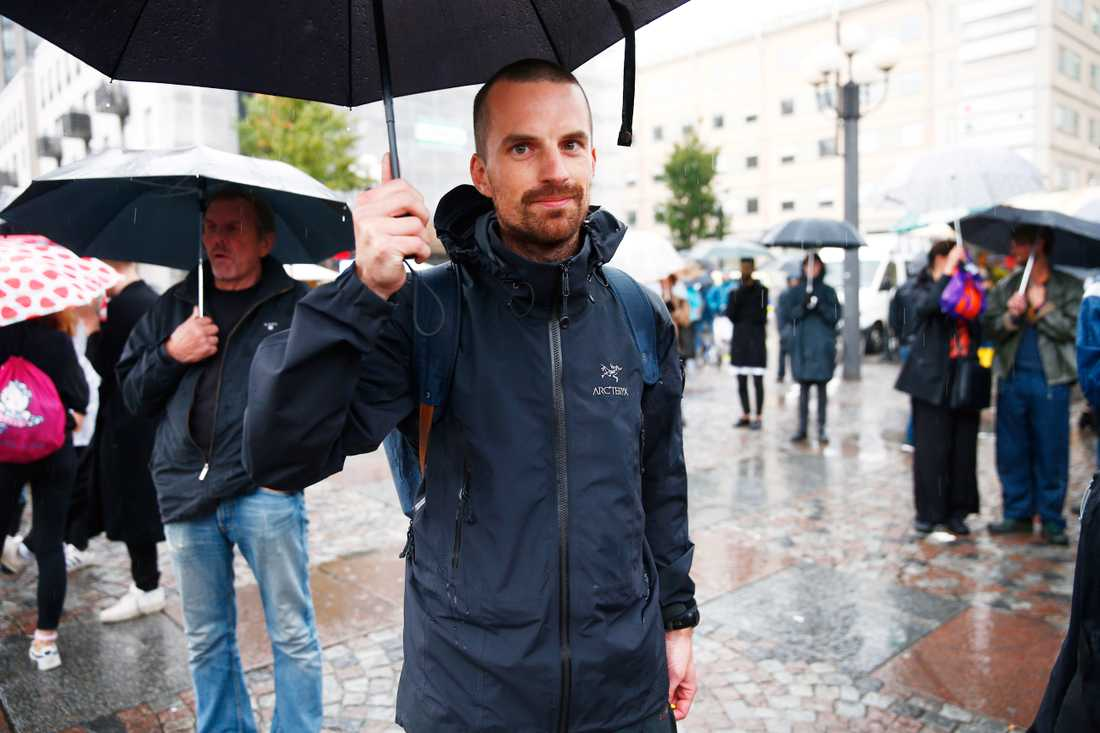 Emanuel Carlsson, 31, Örnsberg. – Jag vill stödja sakfrågan. Jag har alltid känt så, men när många andra engagerar sig så ökar ens eget engagemang också. Det enda moraliskt rimliga är att skapa säkra vägar.