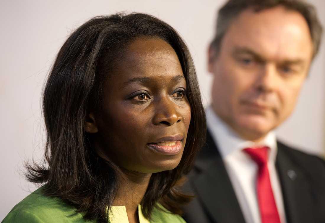Nyamko Sabuni (FP) offentliggjorde sin avgång som jämställdhets- och förskoleminister tillsammans med partiledaren och departementschefen Jan Björklund.