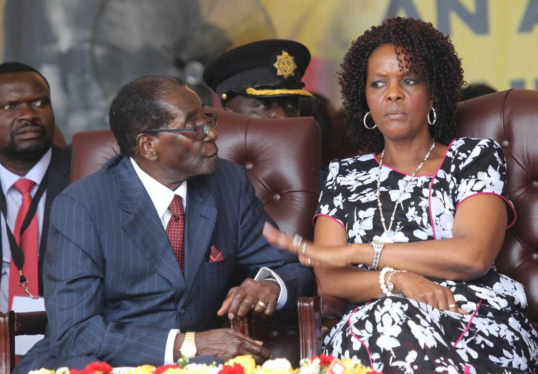 Robert Mugabe med sin hustru Grace. Arkivbild.