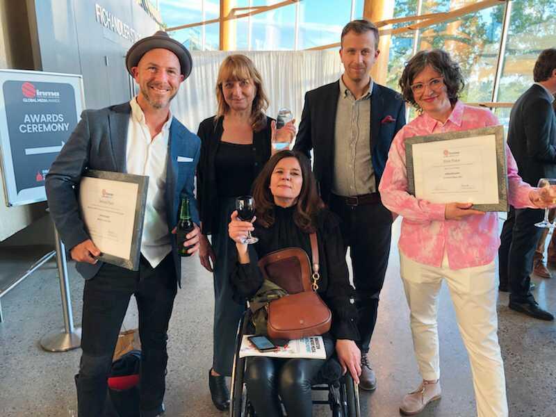 """Magnus Wennman och reportern Erik Wiman (tvåa från höger) var även nominerade för reportaget """"What's on the plate"""". Aftonbladets grävchef Maria Trägårdh (i mitten) hade anledning att vara stolt."""