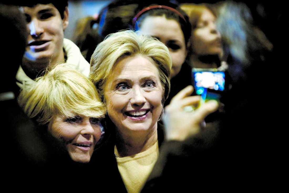 segerviss? Hillary Clinton går runt och skakar hand med anhängare efter hennes tal i First United Methodist Church i Indianola i Iowa. Foto PoNTUS HÖÖK