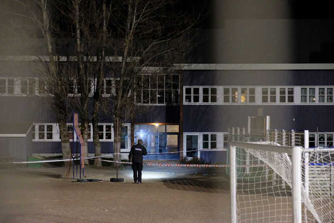 Polis vid skolan.