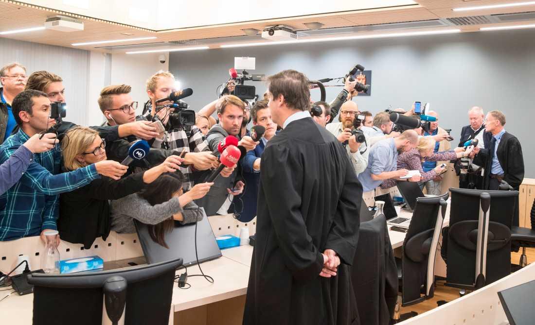 Försvarsadvokaterna John Christian Elden och Benedict de Vibe (längre bak i bilden) svarar på journalisternas frågor.