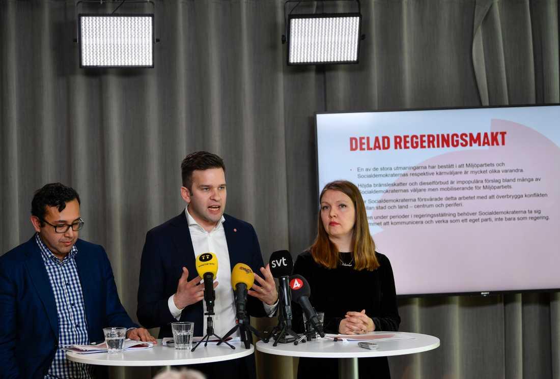 Luciano Astudillo, Gabriel Wikström och Marika Lindgren-Åsbrink presenterar Socialdemokraternas valanalys