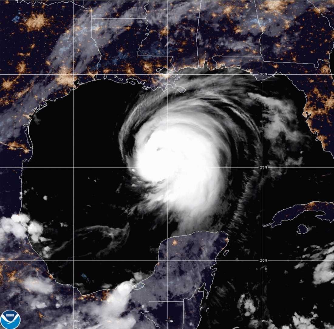 Satellitbild från vädermyndigheten NOAA som visar Lauras jättelika vindvirvel över Mexikanska golfen.