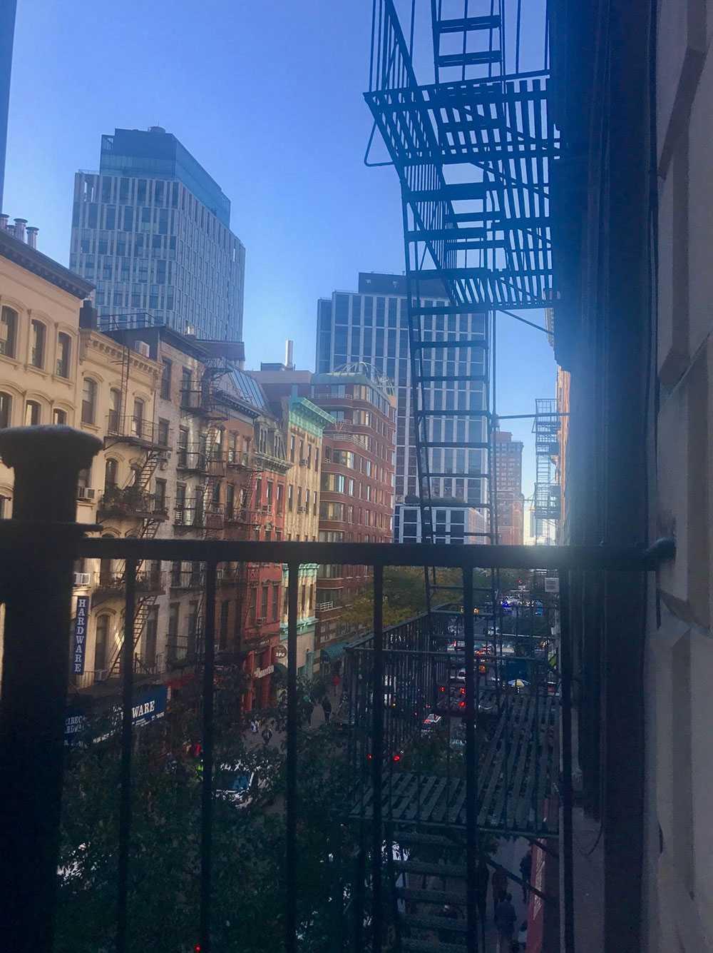 Från Emmas fönster syns kaoset på gatan utanför.