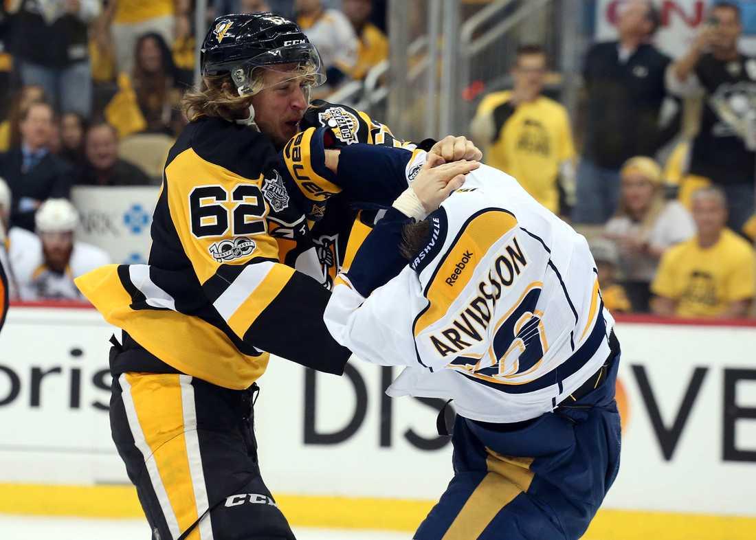 Hagelin och Arvidsson i luven på varandra.