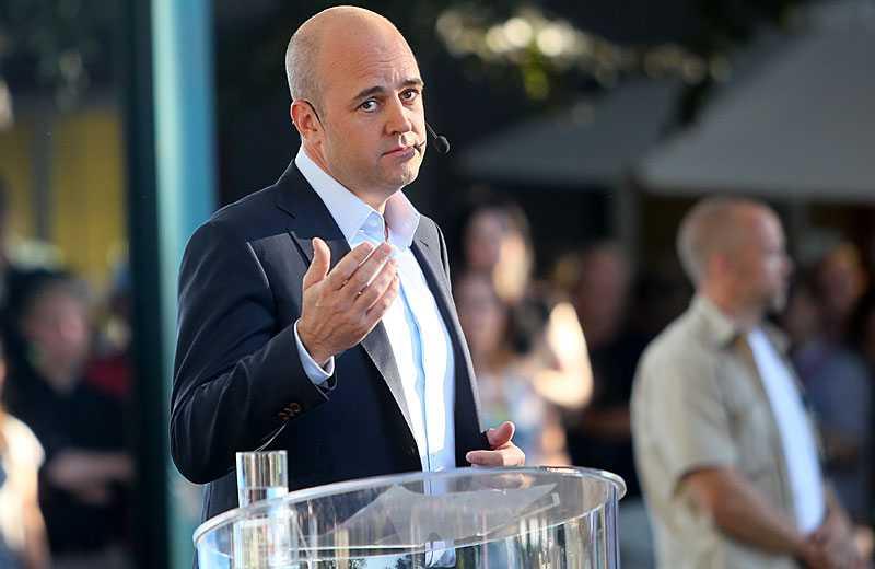 """""""sveriges bäst bevarade hemlighet"""" Fredrik Reinfeldt gick till attack mot de rödgrönas besked om att skatterna ska höjas. Ur innerfickan tog han fram ett papper och läste högt om de olika skattehöjningar de rödgröna planerar. – Nu diskuterar de undantagen, som att det vore problemet."""