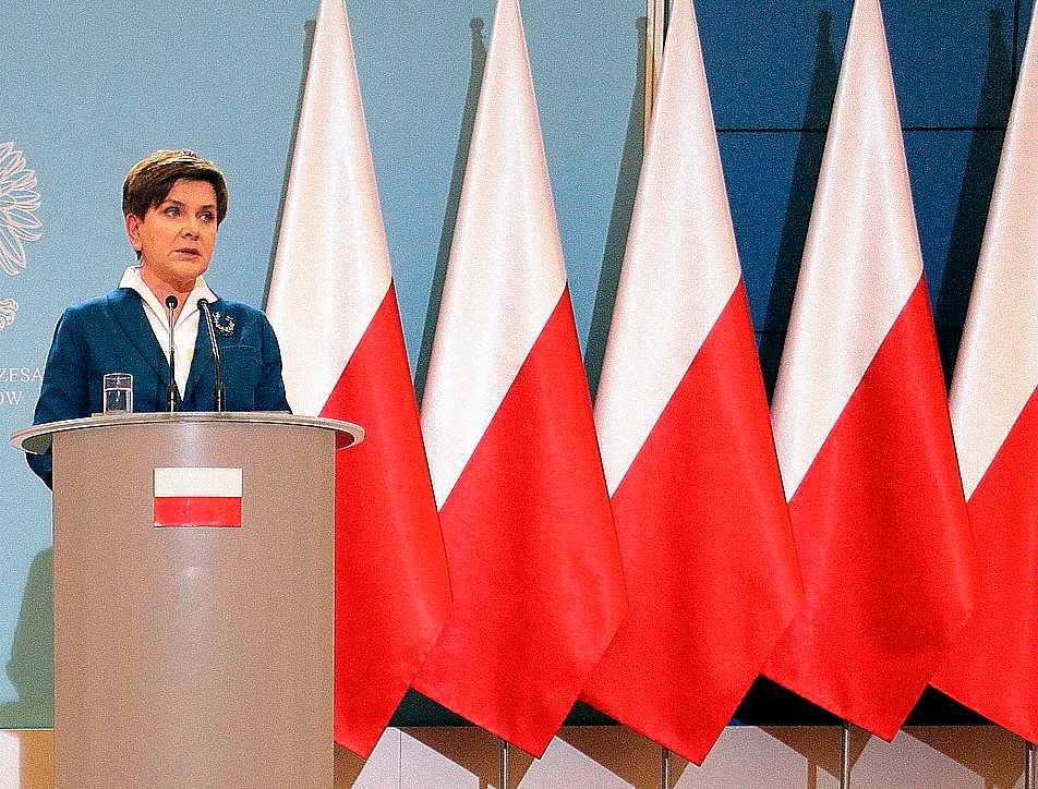 """""""EU-flaggan – bara en trasa""""  Polens nya premiärminister Beata Szydlo har slängt ut EU-flaggorna från regeringskansliets podium. Hennes  föregångare Ewa Kopacz höll sina tal framför en blandning av EU-flaggor och polska flaggor."""