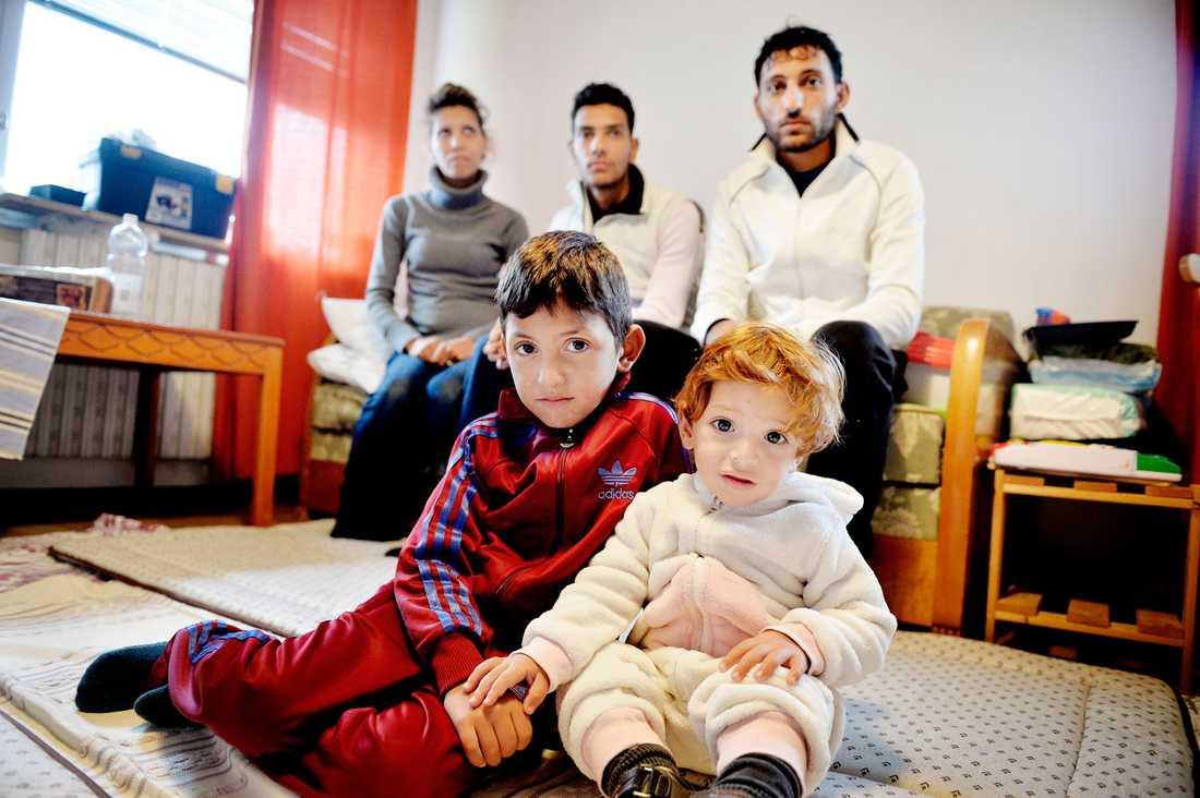 Mamma Saffaa, 28, brodern Muhamed, 20, pappa Shaddy, 30, Rayan, 6, och lilla Ahmad, 1,5 år har alla nyligen anlänt till asylboendet i Fredriksbergs kommun.