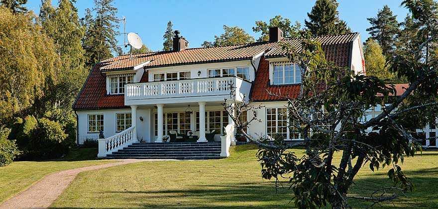16 000 000 kronor Villa med sjöläge i Knivsta, Uppsala län.