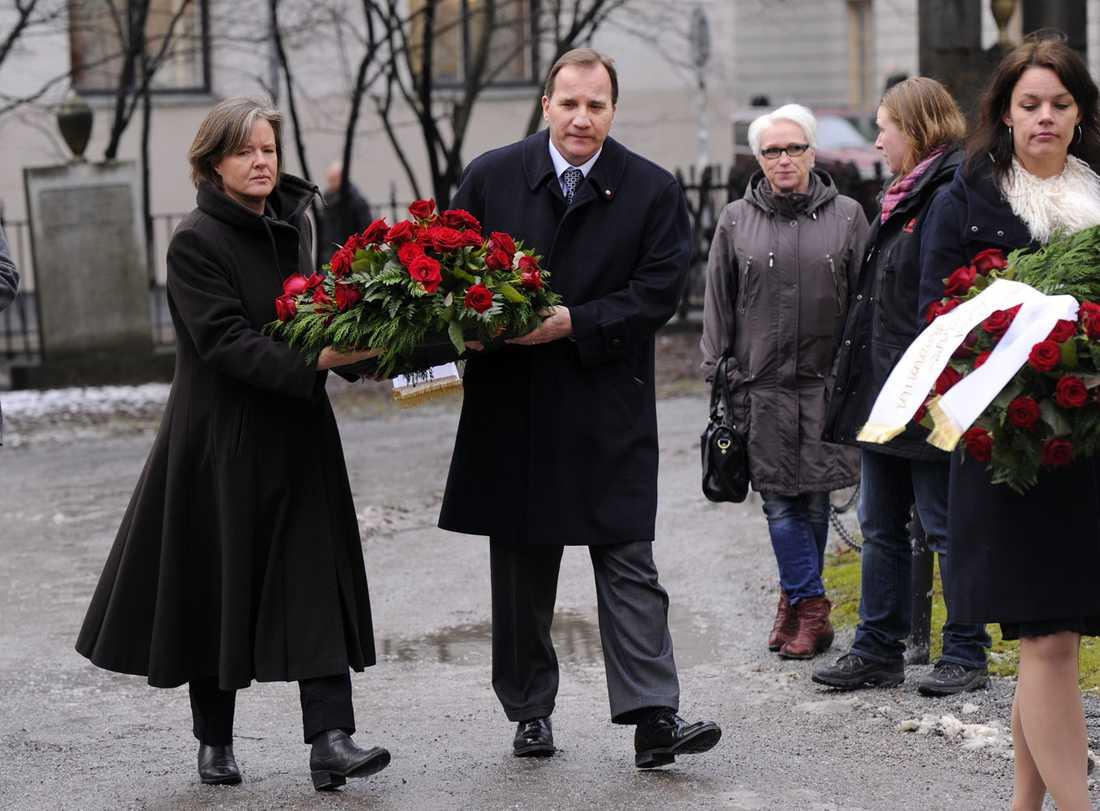 Carin Jämtin och Stefan Löfven lägger ned en krans på Olof Palmes grav.