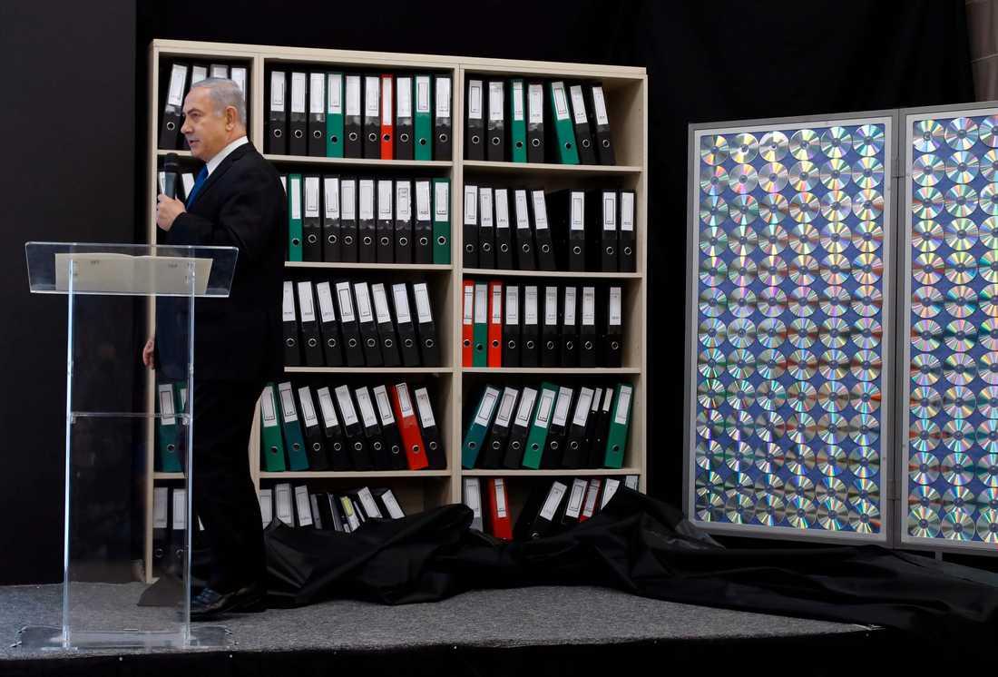 Israels premiärminister Benjamin Netanyahu säger att han har bevis för att Iran har ett hemligt kärnvapenprogram. Här visar Netanyahu upp pärmar och CD skivor under sin presskonferens.