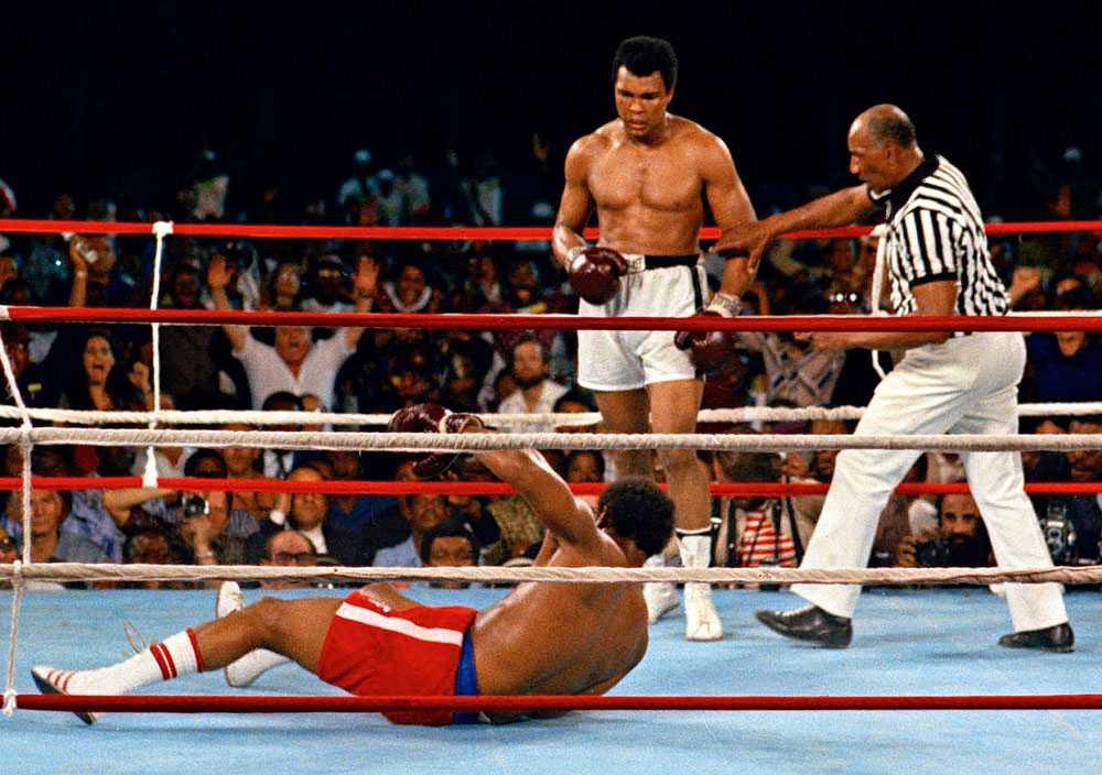 """GODNATT, GEORGE I åttonde ronden i """"The Rumble in the Jungle"""" 1974 fick Muhammad Ali in en serie träffar och George Foreman gick i golvet. Cirka 70 000 människor påstås ha varit på plats i Kinshasa."""