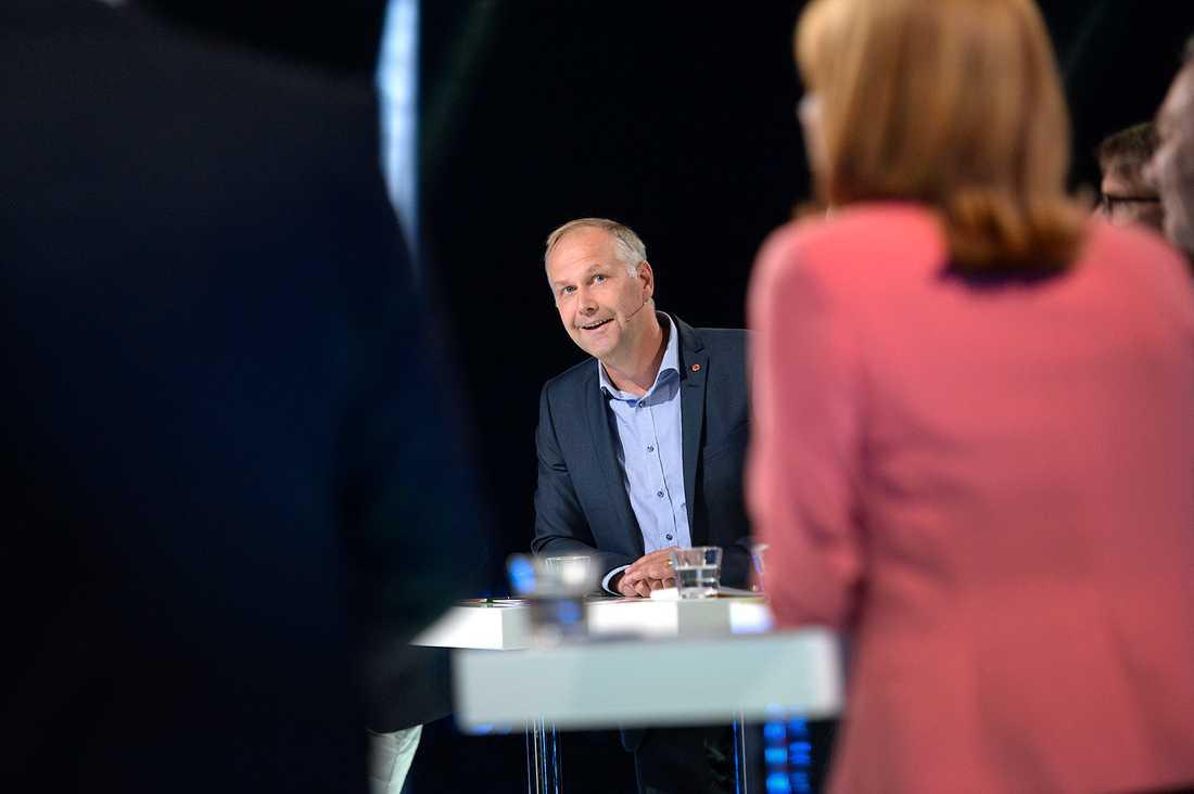 Jonas Sjöstedt (V) tittar fram i debatten.