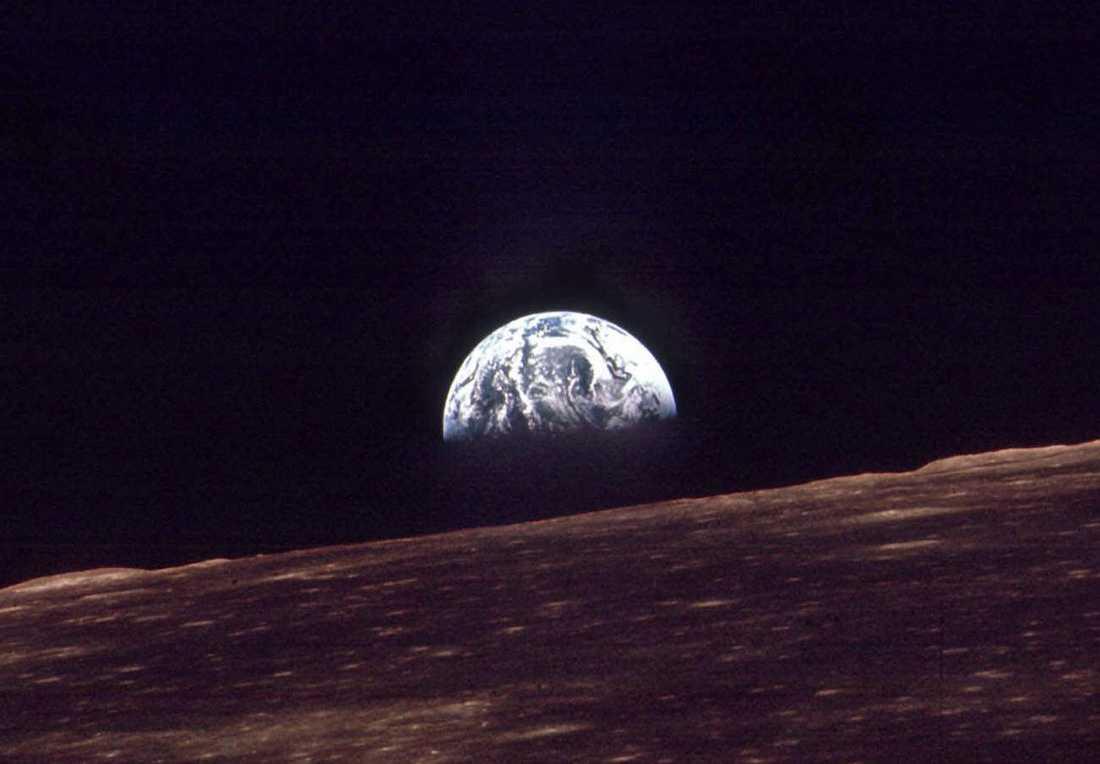 En bild av jorden som togs från Apollo 8 i december 1968, under den färd då en bemannad rymdfarkost för första gången rundade månen, ett halvår före själva månlandningen.